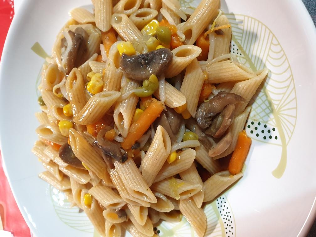pasta integrale alle verdure con salsa teriyaki